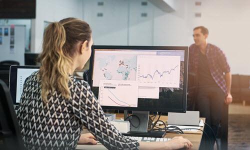 Kobieta analizująca raport na komputerze