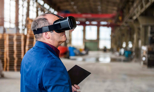 Mężczyzna w okularach VR w magazynie