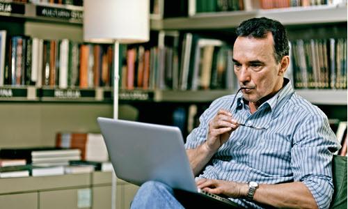 Mężczyzna bierze udział webinarze