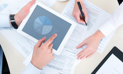 Pracownicy analizują raport