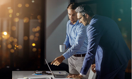 Dwóch mężczyzn analizuje raport